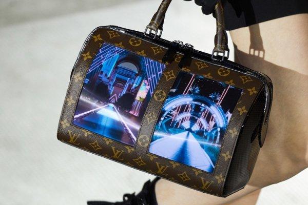 Дом моды Louis Vuitton встроил гибкий дисплей в дамскую сумочку - «Новости сети»